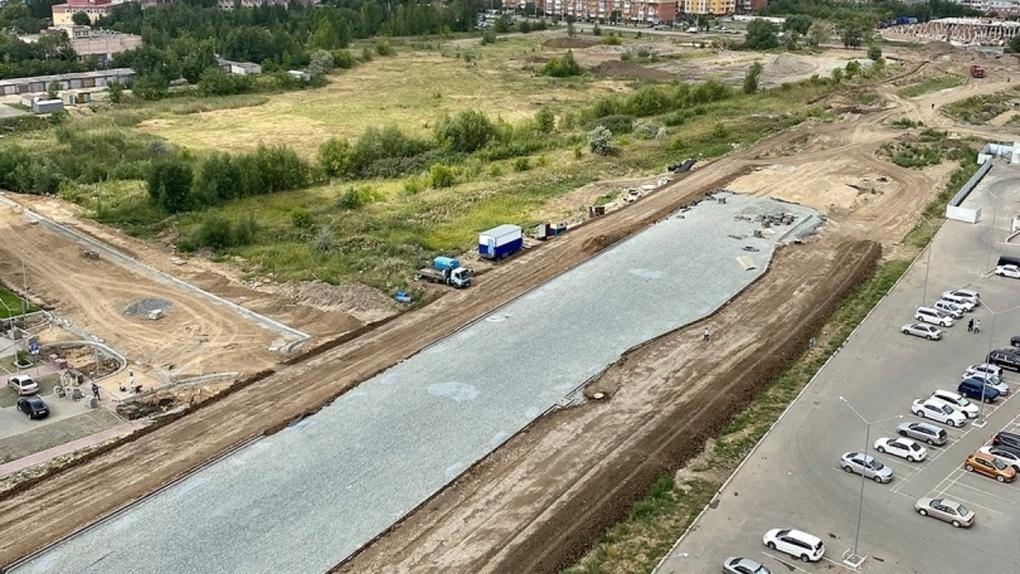 Омичи порадовались большому тротуару на новой дороге