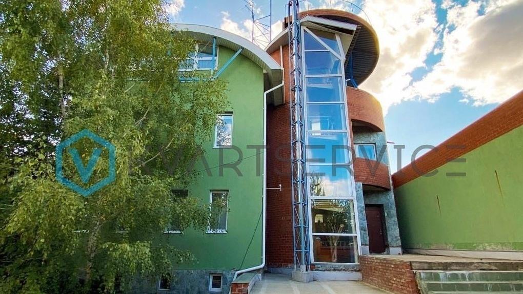 На Левобережье Омска продаётся коттедж с арочным потолком, гейзерным бассейном и шкурами животных