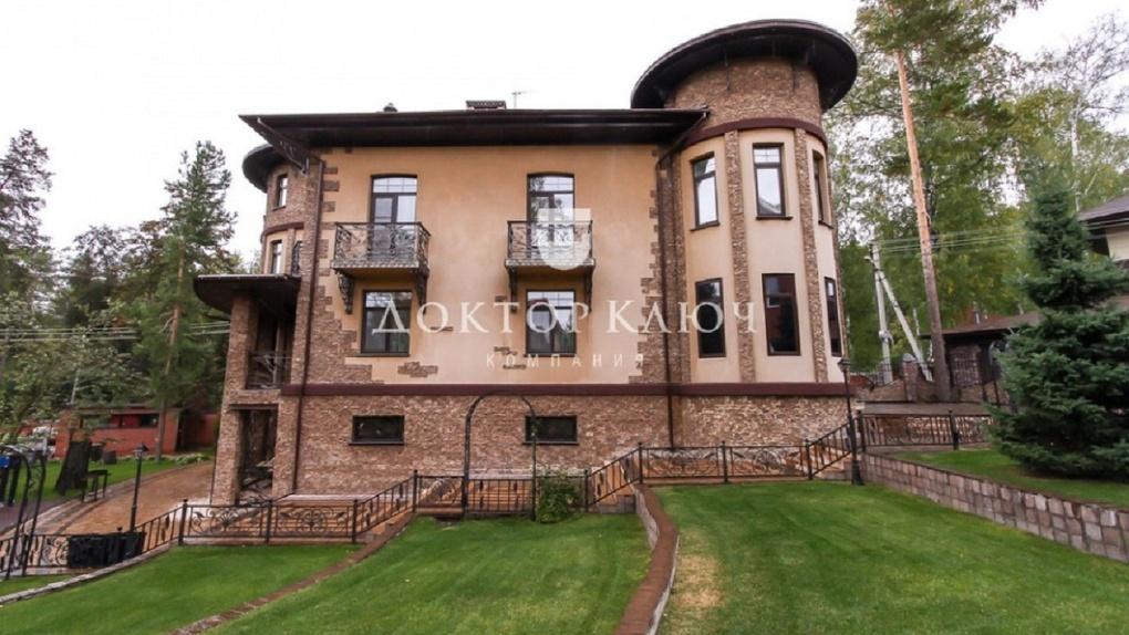 В закрытом посёлке Новосибирска продают коттедж за 46 млн рублей