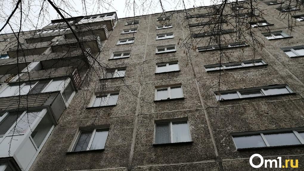 «Я не покончу с собой, если он меня не прибьёт». В Омске под окнами девятиэтажки нашли тело девушки