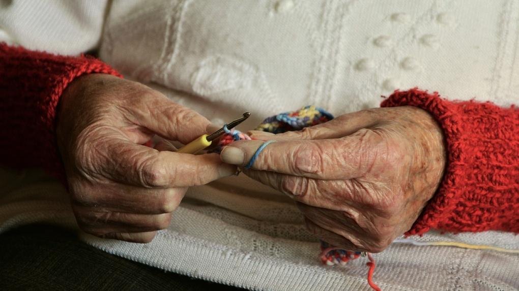 В Омске неизвестный сбил бабушку и отвез домой умирать