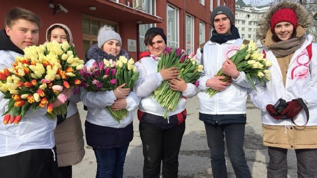 Где в Новосибирске бесплатно раздают цветы в честь женского праздника?