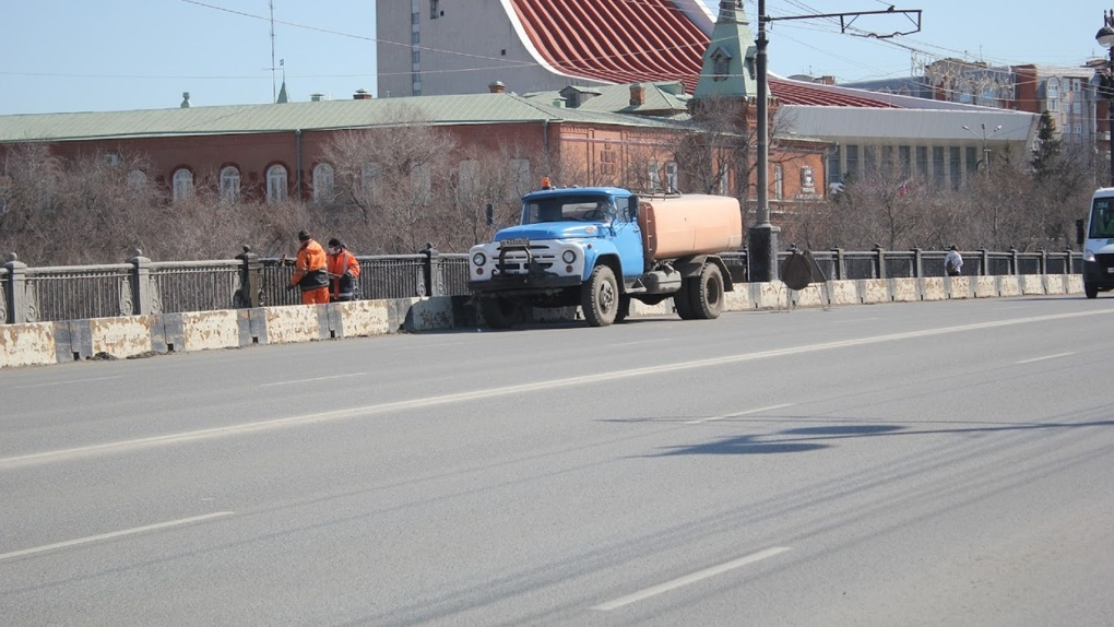 Омские дорожники начали поливать асфальт водой в жаркую погоду