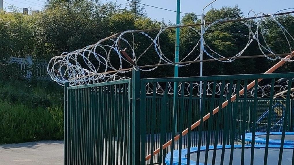 В Омске детские аттракционы обнесли колючей проволокой