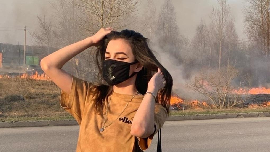 Скандальная блогер из Новосибирска объяснила смысл фото на фоне горящего поля