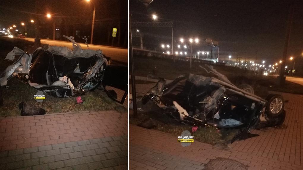 В Новосибирске машину порвало на части после столкновения с деревом