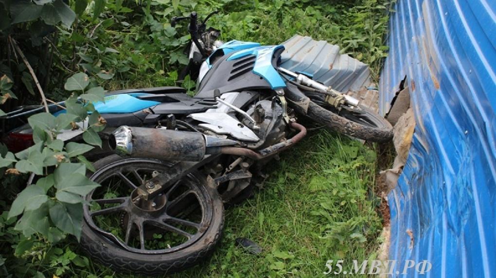 В Омской области погиб мотоциклист, врезавшись в здание поликлиники