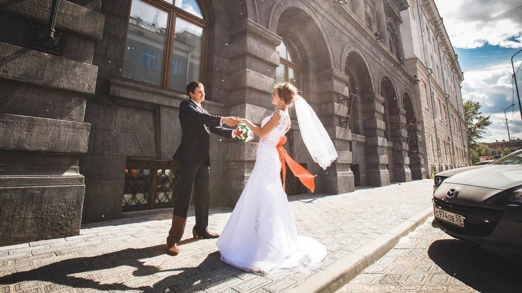 В 2017 году омичи женились в полтора раза чаще, чем разводились