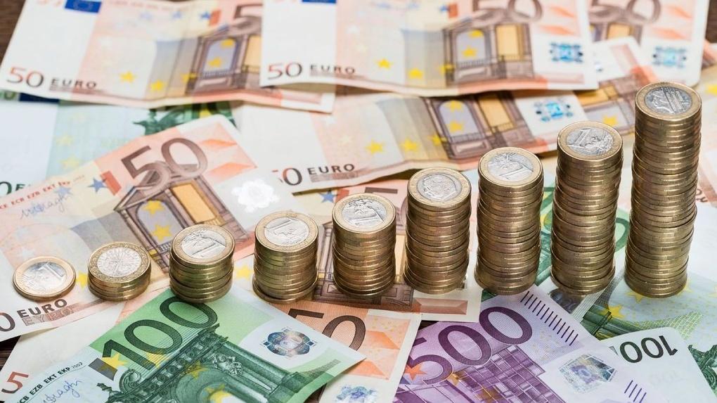 Евро падает, а его курс к рублю нет. Почему?
