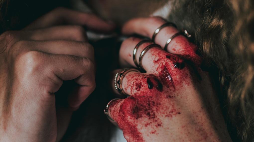 «Избила их этим дрыном»: в Новосибирской области беременная женщина напала на девушек-подростков