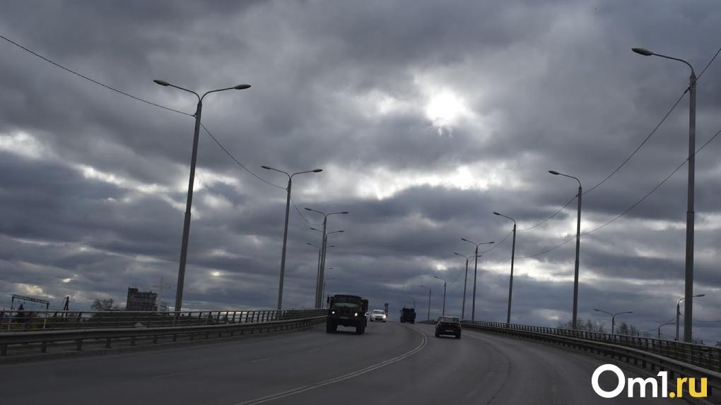 В Омске начали асфальтировать «горбатый» мост, на котором машины прокалывали колеса арматурой