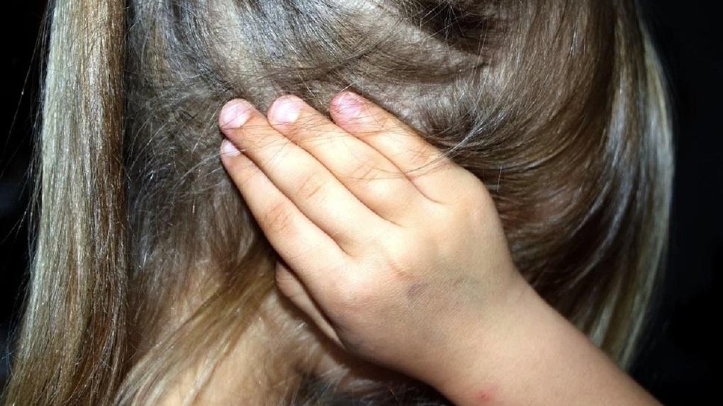 Шестилетняя девочка рассказала о педофиле, который живет с ее мамой