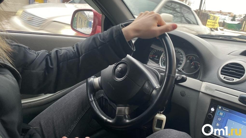 Осторожно, гололёд! Омских водителей и пешеходов предупредили о сильном снегопаде и снижении температуры