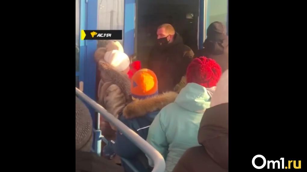 «Напали на охранника и штурмовали вход»: посетители устроили дебош в новосибирском аквапарке