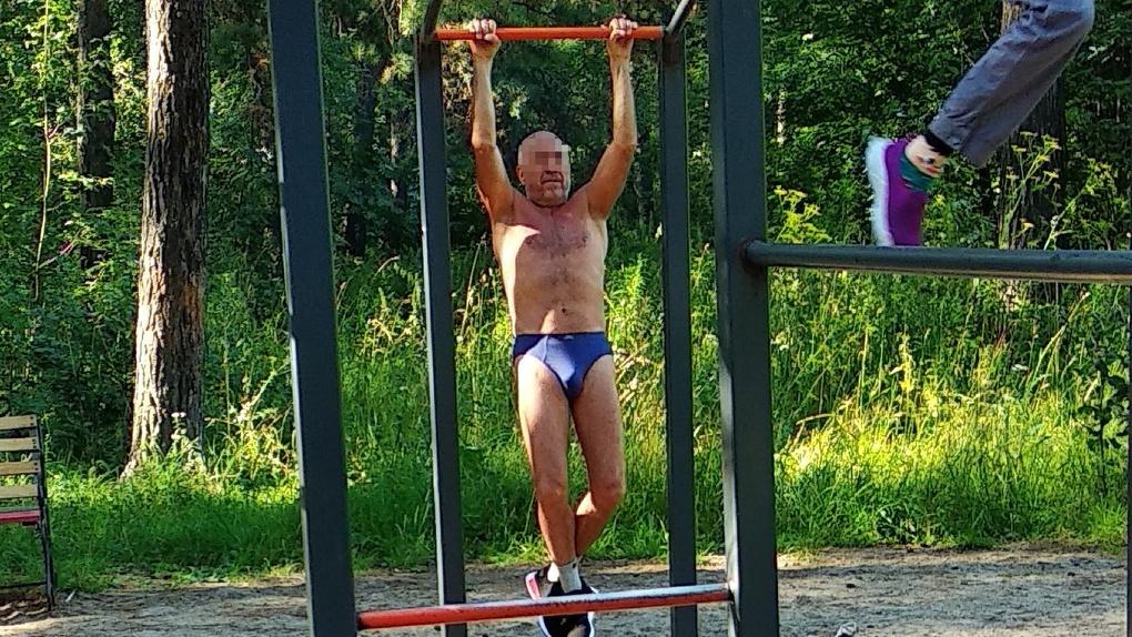 Показал всё, что выросло: пожилой новосибирец тренировался на детской площадке в трусах
