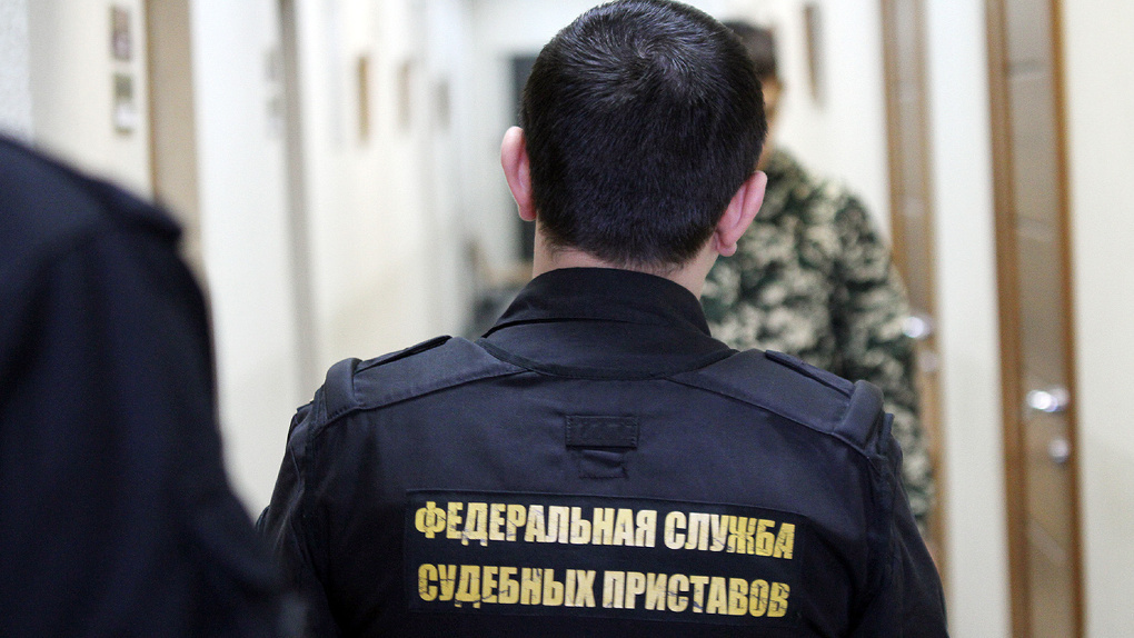 Утром он идет на шугаринг, вечером — на свадьбу. Обычный рабочий день российского судебного пристава