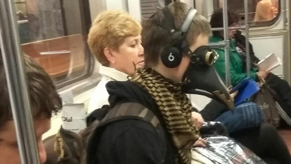 Новосибирцы заметили в метро «Чумного доктора»