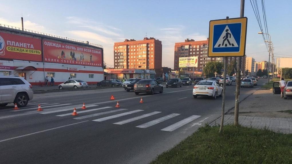 В Новосибирске подросток на самокате угодил под колёса машины