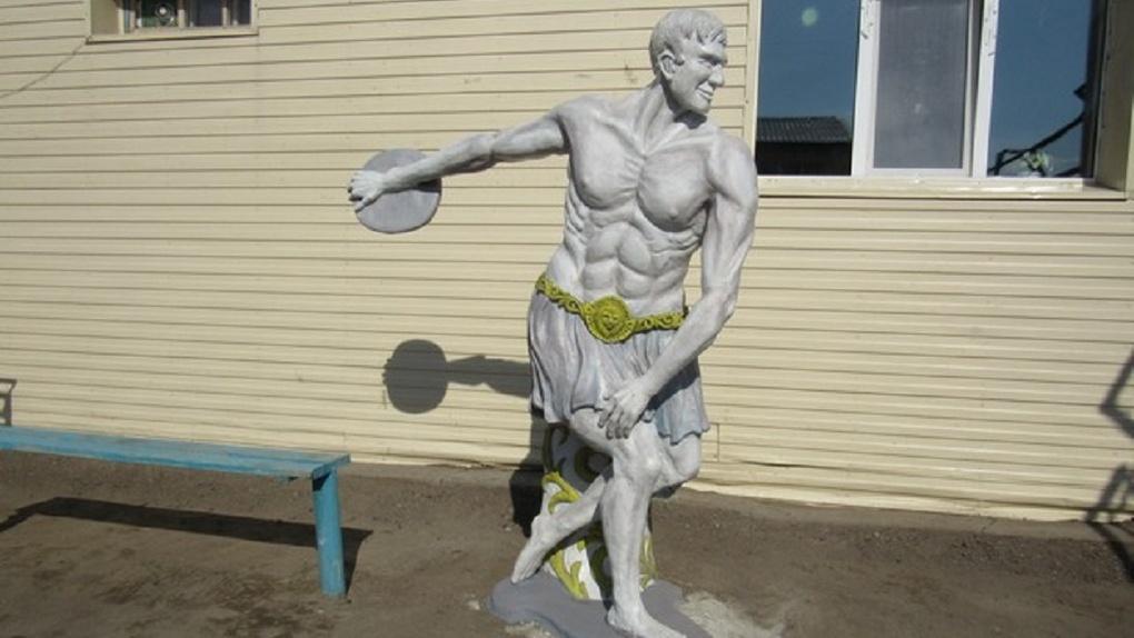 В Омской колонии слепили статую древнегреческого атлета