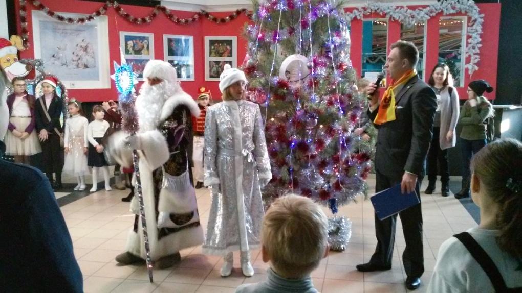 На елки в омские дома культуры пришел Дед Мороз-справедливоросс