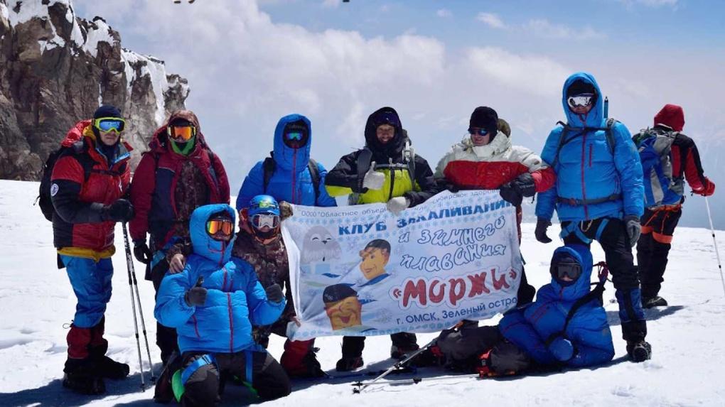 Дефицит кислорода и сбивающий с ног ветер. Омские «моржи» поднялись на вершину Эльбруса
