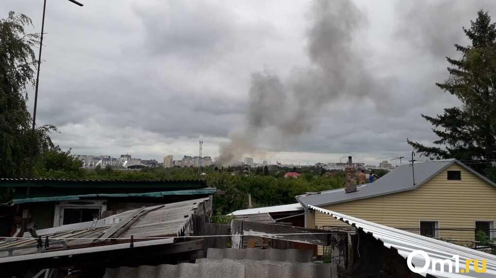 Крупный пожар в центре Омска. У метромоста горел частный дом