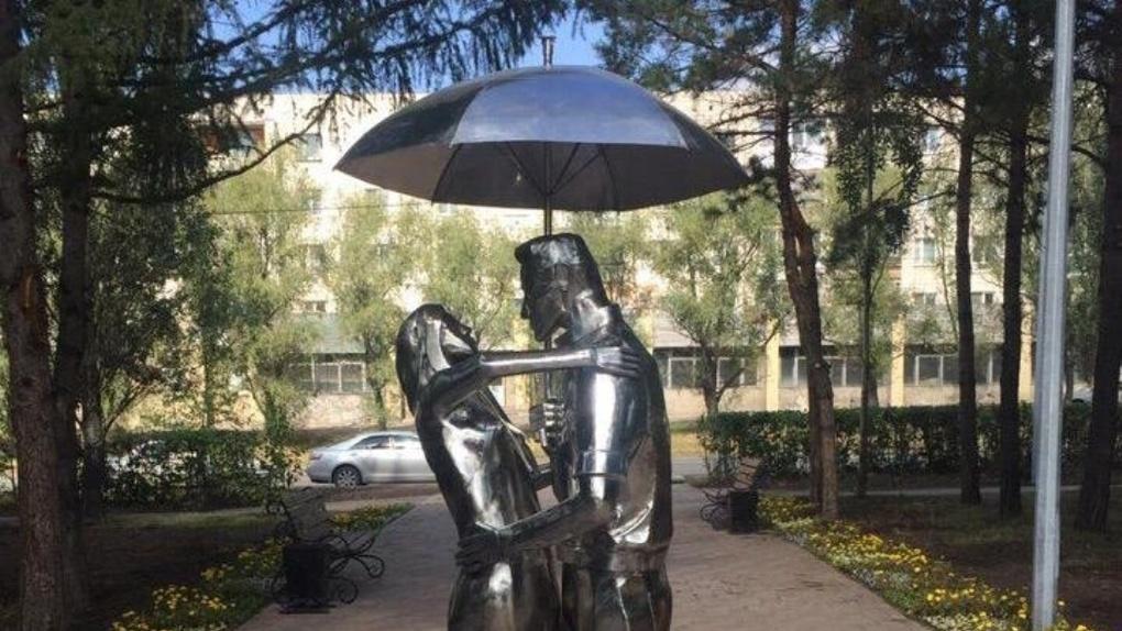 Вандалы в Омске изуродовали сквер Молодожёнов