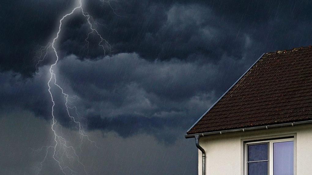 Престарелые омичи остались без жилья из-за удара молнии