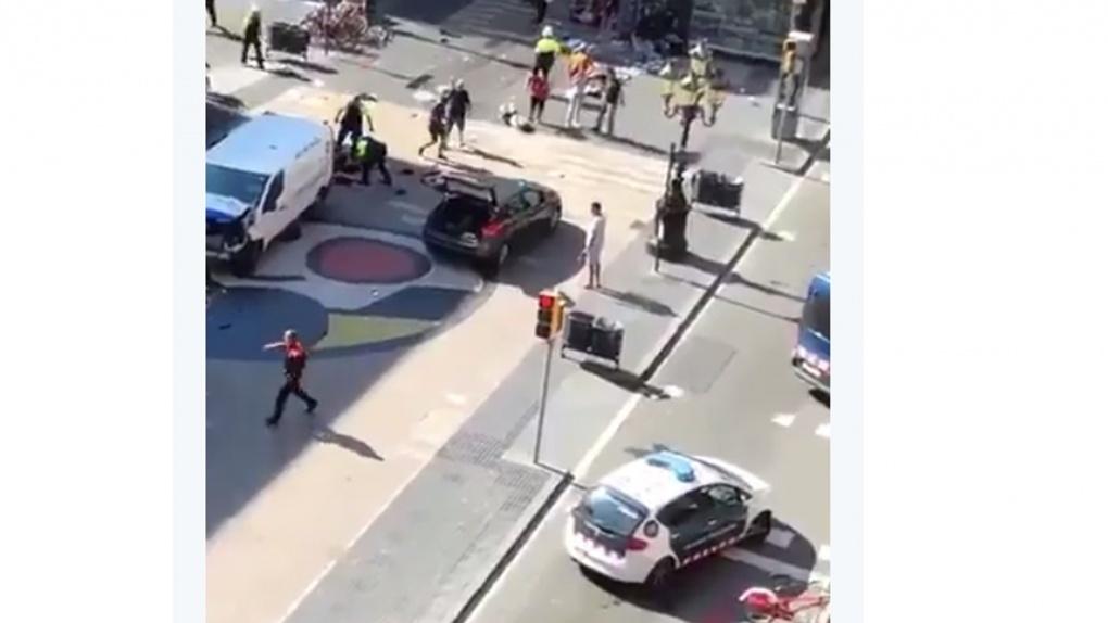 В центре Барселоны фургон врезался в толпу. Есть пострадавшие
