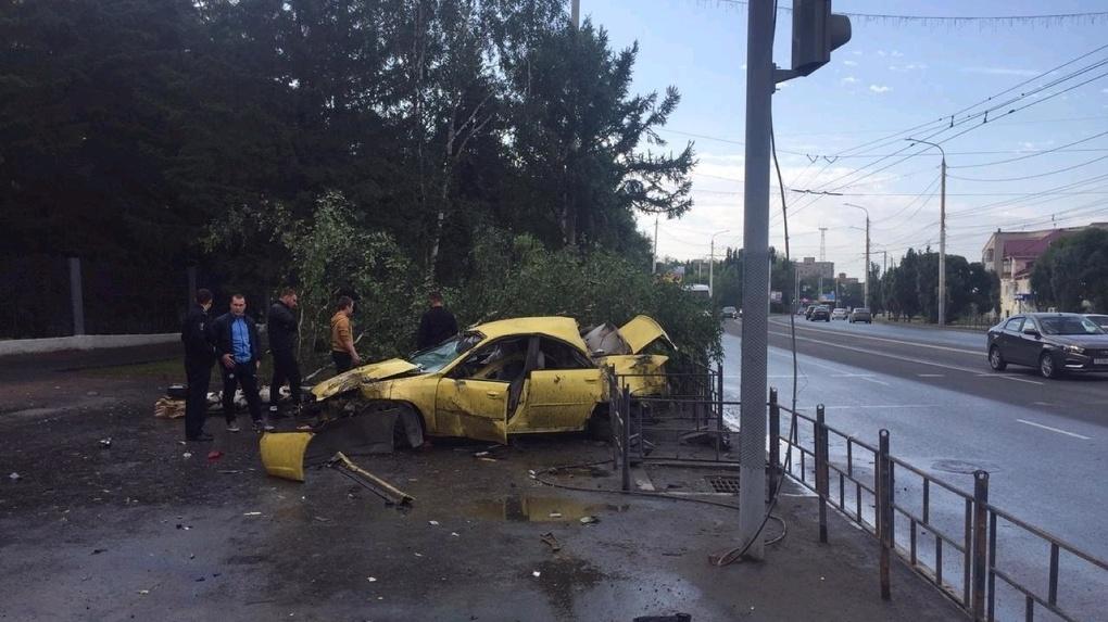 Молодой омич за рулем Subaru погиб, врезавшись в дерево и светофор