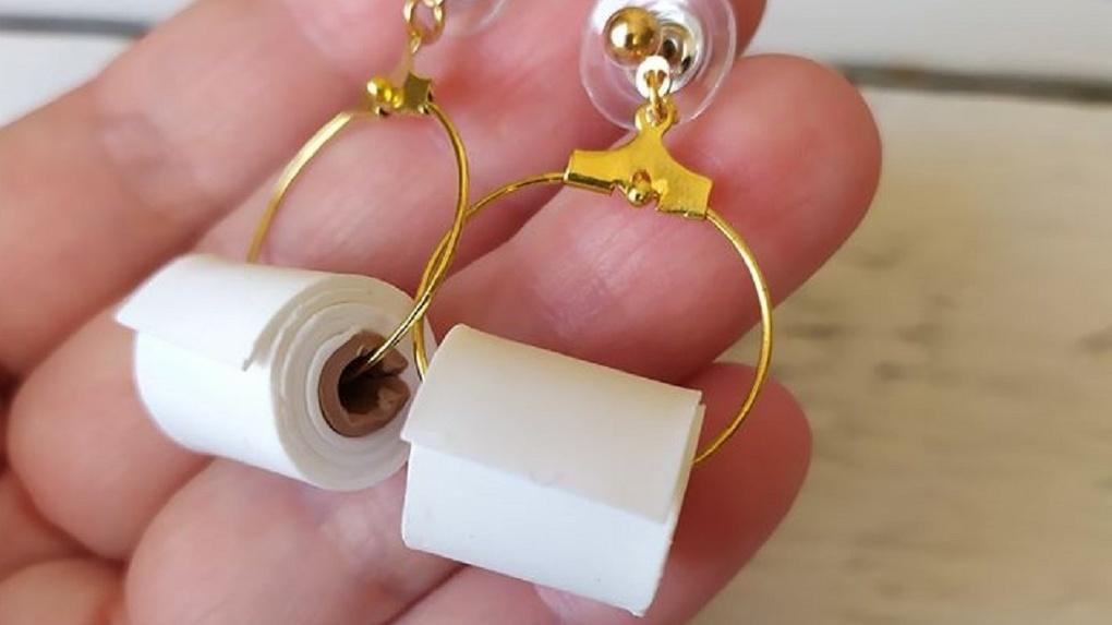 Креативная жительница Новосибирска продает сережки в виде туалетной бумаги