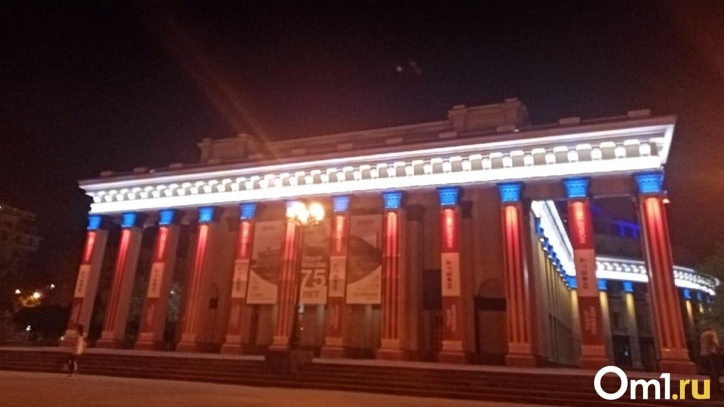 Мэр Новосибирска высказал свое отношение к скандальной подсветке в стиле «Лас-Вегас» на Оперном театре