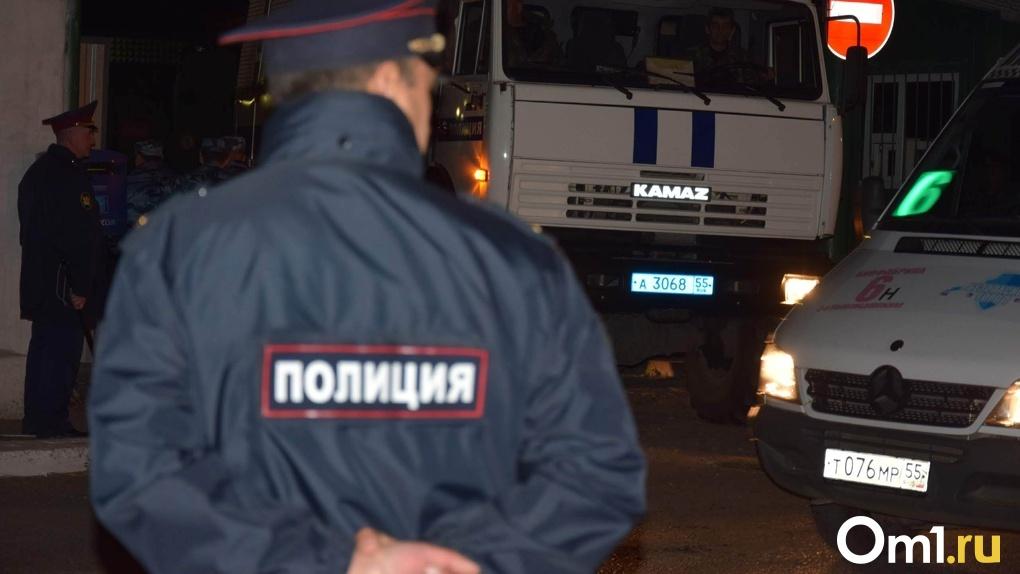 Омичи обнаружили мертвую женщину неподалеку от участкового пункта полиции