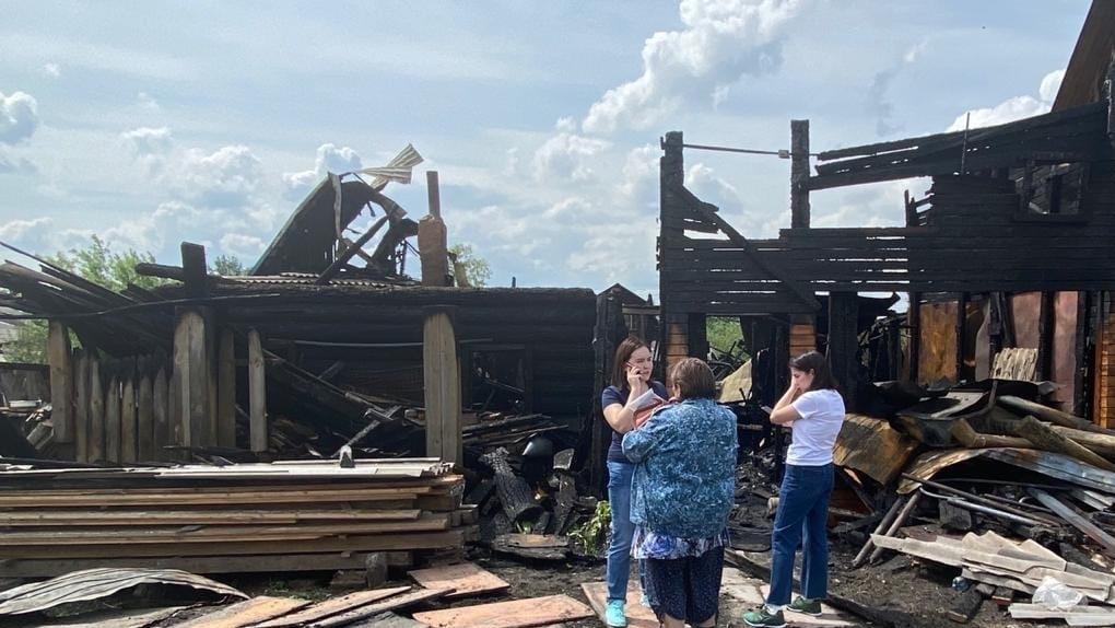 Новосибирская семья из четырех человек осталась без крыши над головой после пожара