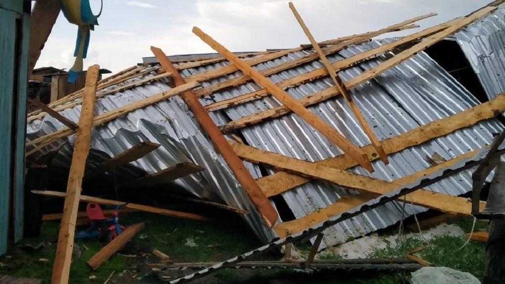Крыши срывает, деревья падают: мощный ураган обрушился на Новосибирскую область