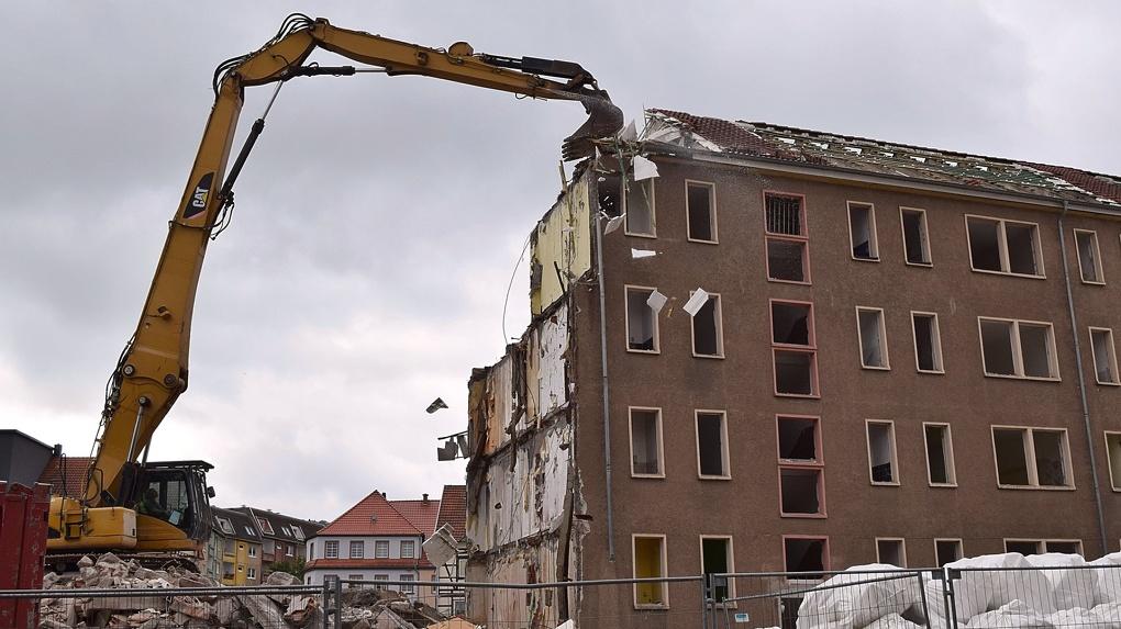 В Новосибирске принудительно сносят незаконный торговый центр