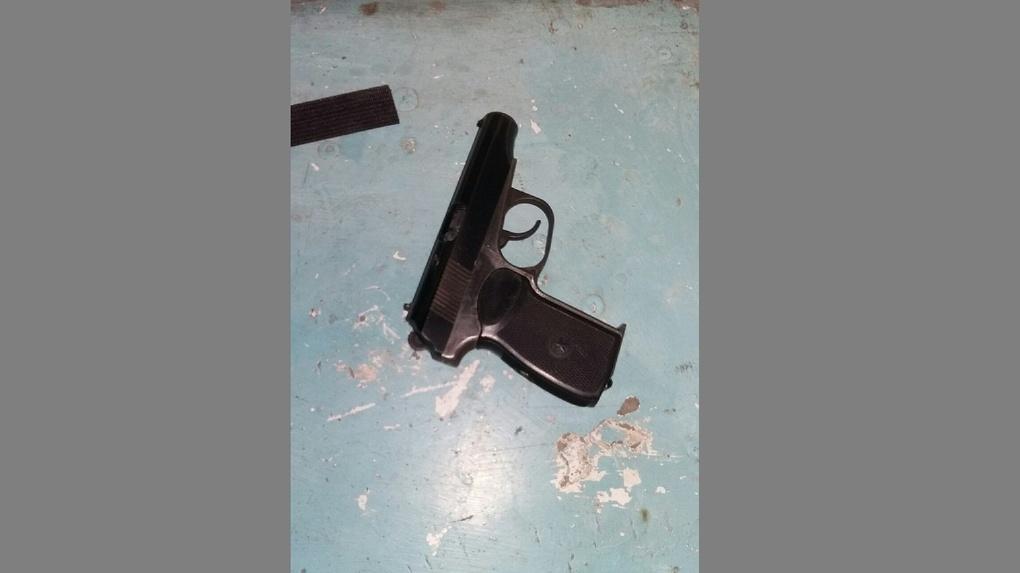 Омичка нашла в подъезде своего дома боевой пистолет