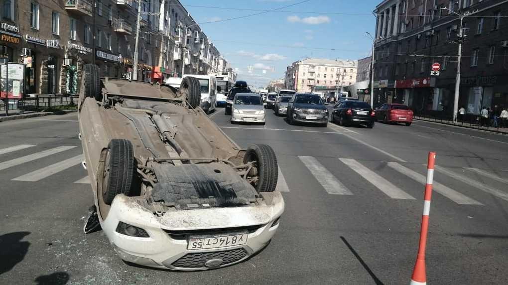 В центре Омска перевернулось такси с пассажиром внутри