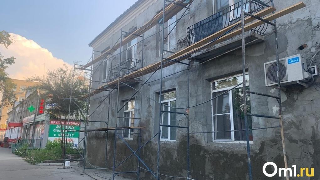 В Омске в подъезде двухэтажного дома обвалился потолок