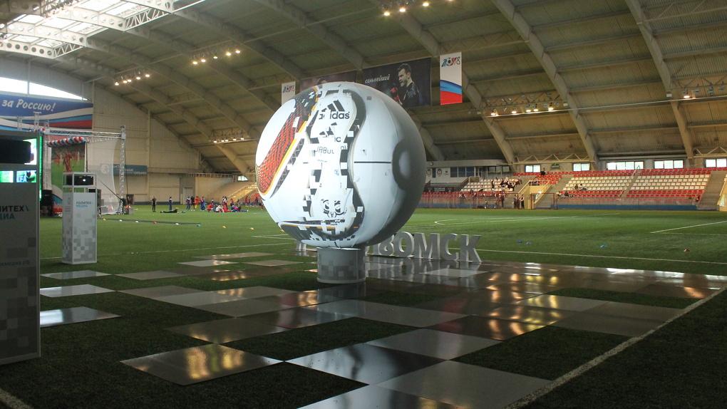 В Омске установили огромный мяч, меняющий облик