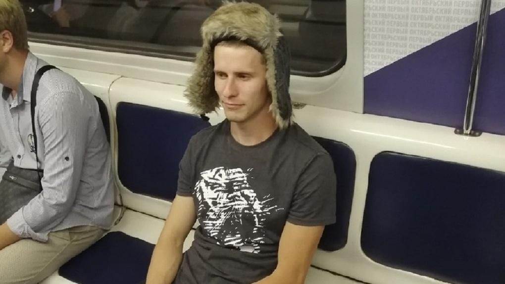 Новосибирцев позабавил мужчина, который ехал в метро в шортах и тёплой шапке
