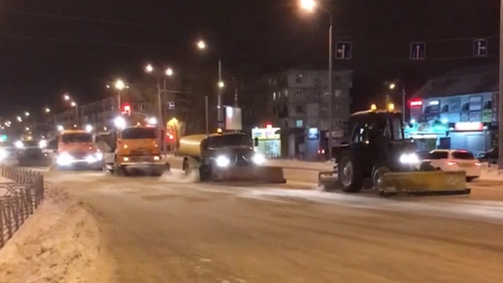 Омичи сняли на видео, как чистят дороги от снега