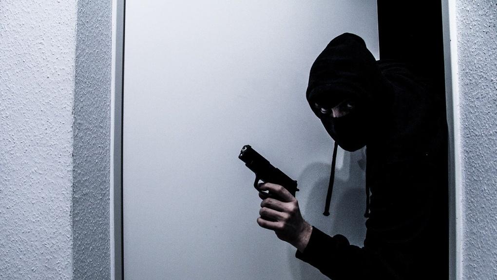 Омич устроил стрельбу по полицейским около своего дома