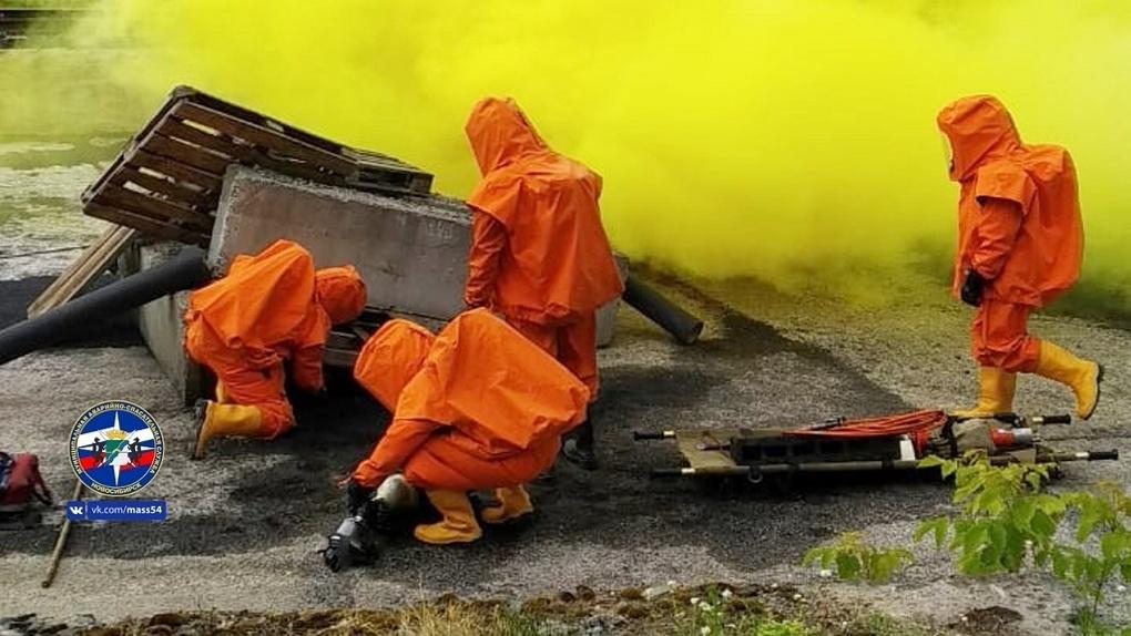 Новосибирские спасатели избавили важный объект от ядовитого вещества