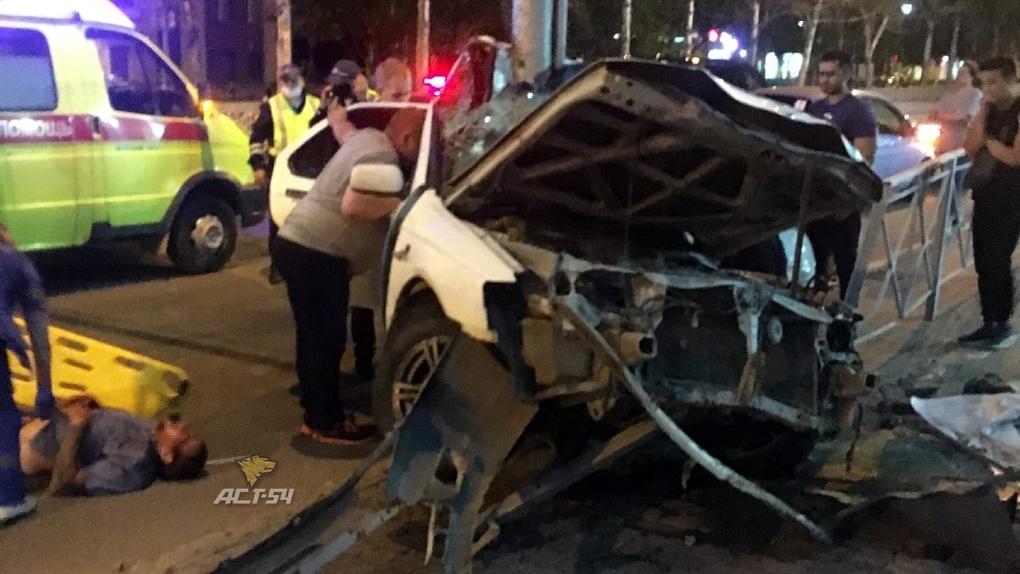 Жуткая авария в центре Новосибирска: автомобиль намотало на фонарный столб