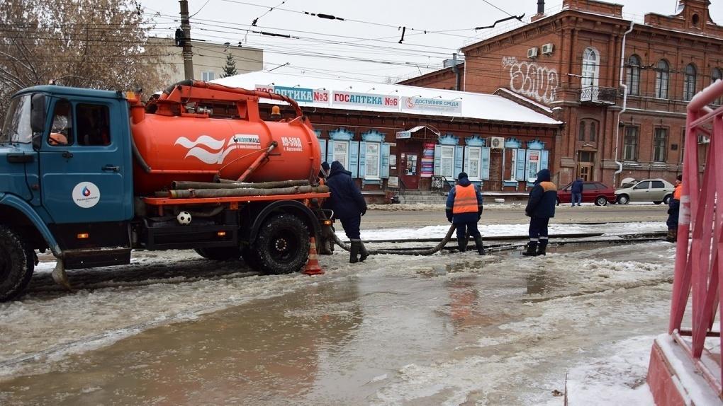 Каток в центре Омска на месте потопа обещали убрать к утру