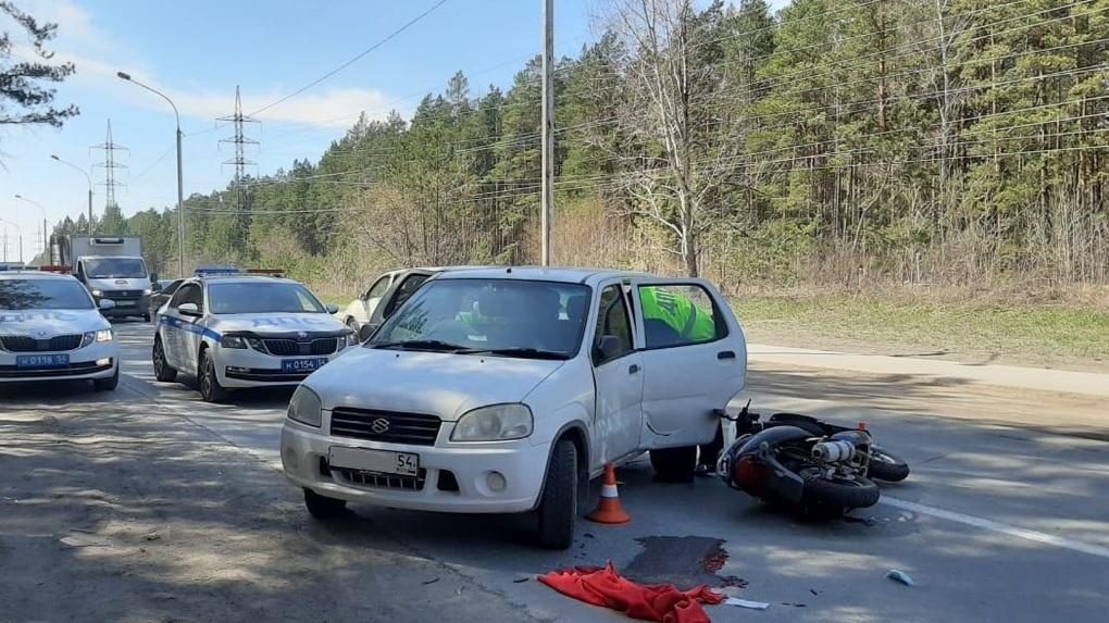 В Новосибирске пенсионер на мопеде разбился насмерть после столкновения с автомобилем
