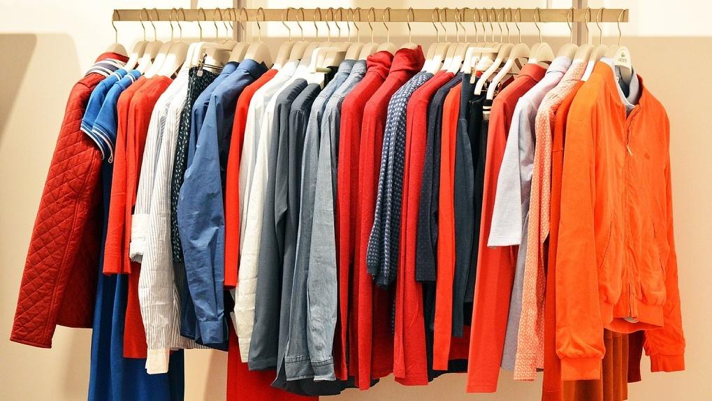 За полгода в Омск пытались провезти около 25 тысяч подделок известных брендов одежды