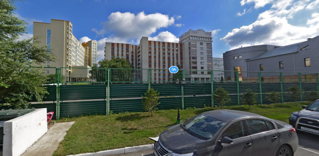 Студент, сорвавшийся ночью со стены общежития в Омске, умер в больнице