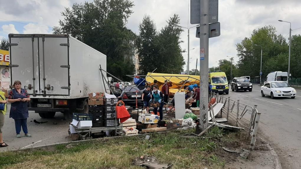 Пострадавших уже восемь. Опубликовано видео жёсткого ДТП в Омске, где «Мерседес» сбил торговую палатку